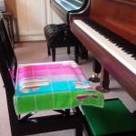 夏のピアノの椅子、雨のレッスン室