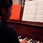 ピアノは導入から両手で!