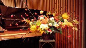 秋らしい会場の花