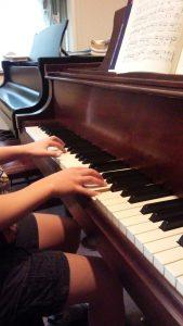 ピアノを弾く生徒さんの手